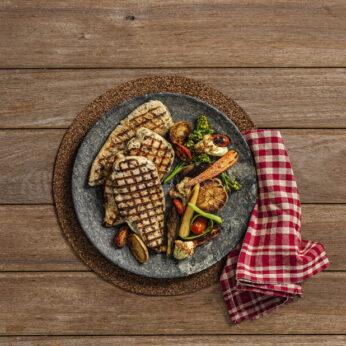 Peito de frango temperado com legumes tostados