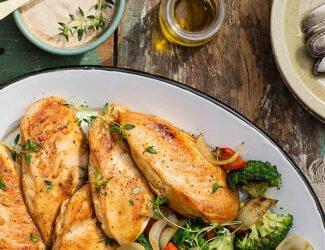 Filés de peito de frango com brócolis e pimentões grelhados