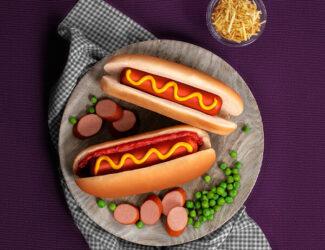 Cachorro-quente com molho de tomate e batata-palha