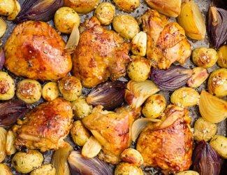 Sobrecoxa assada com batatas rústicas e cebolas