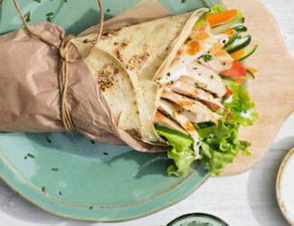 Wrap de lascas de peito de frango com verduras